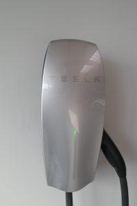 Der Ladestrom dür unser Tesla Modell S stammt auch von unserer eigenen Solaranlage auf dem Dach der Fahrzeughalle.
